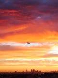 Derigible sobre Hollywood, puesta del sol de CA Foto de archivo libre de regalías