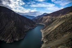 Deriner fördämning Fördämningderinersjö och Coruh flod Arkivfoto