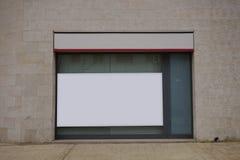 Derisione in bianco del tabellone per le affissioni su in una banca immagine stock libera da diritti