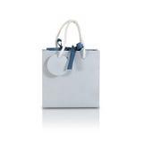 Derisione in bianco della borsa del regalo della carta blu su che sta sopra isolata su bianco Fotografia Stock