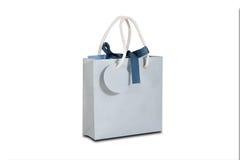 Derisione in bianco della borsa del regalo della carta blu su che sta su una tavola di legno em Immagini Stock Libere da Diritti