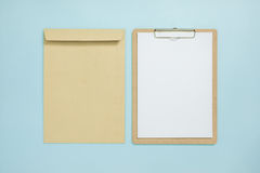 Derisione in bianco della lavagna per appunti su sul fondo di colore pastello Immagine Stock