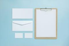 Derisione in bianco della lavagna per appunti su sul fondo di colore pastello Immagini Stock Libere da Diritti