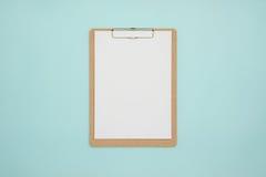 Derisione in bianco della lavagna per appunti su sul fondo di colore pastello Fotografia Stock
