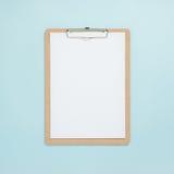 Derisione in bianco della lavagna per appunti su sul fondo di colore pastello Fotografie Stock