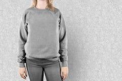 Derisione in bianco della maglietta felpata su Modello femminile di maglia con cappuccio della pianura di usura fotografia stock