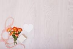 Derisione creativa composta delle rose con lo spazio della copia sulla tavola Strato vuoto della carta immagine stock