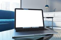 Derisione del computer portatile sullo schermo in salone grigio Immagine Stock Libera da Diritti