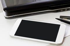 Derisione del dispositivo di tecnologia su sul fondo dell'ufficio Fotografia Stock
