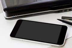 Derisione del dispositivo di tecnologia su sul fondo dell'ufficio Fotografia Stock Libera da Diritti