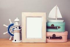 Derisione del manifesto di vacanza estiva sul modello con le decorazioni nautiche Fotografia Stock