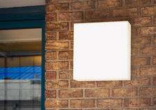 Derisione del negozio del contrassegno sull'esposizione del segno sul muro di mattoni fotografia stock