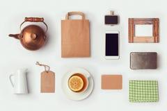 Derisione del negozio del tè sul modello per progettazione di identità marcante a caldo Vista da sopra Immagini Stock
