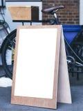 Derisione del supporto dell'insegna sulla parte anteriore del negozio del mercato delle pulci della pagina del manifesto fotografia stock