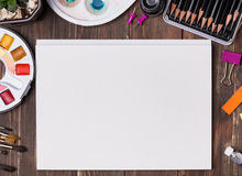 Derisione dell'artista su con le spazzole, i pensils e la carta in bianco Fotografia Stock