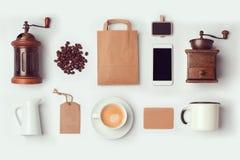 Derisione della caffetteria sul modello per progettazione di identità marcante a caldo Disposizione piana fotografia stock
