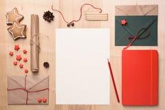 Derisione della cartolina d'auguri sul modello con le decorazioni di Natale sulla tavola di legno Vista superiore Fotografie Stock