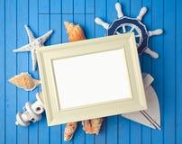 Derisione della struttura del manifesto di vacanza estiva sul modello con le decorazioni Fotografie Stock Libere da Diritti