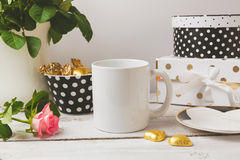 Derisione della tazza di caffè su con fascino ed oggetti femminili eleganti Fotografia Stock