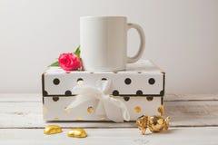 Derisione della tazza di caffè su con gli oggetti femminili dorati Fotografie Stock