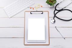 Derisione dello scrittorio di medico su fotografia stock libera da diritti