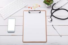 Derisione dello scrittorio di medico su immagine stock