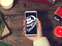 Derisione dello Smart Phone di uso di Santa su con un copyspace per il Natale Immagine Stock Libera da Diritti
