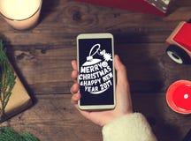 Derisione dello Smart Phone di uso di Santa su con un copyspace per il Natale Fotografia Stock Libera da Diritti