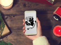 Derisione dello Smart Phone di uso di Santa su con un copyspace per il Natale Fotografie Stock Libere da Diritti