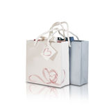 Derisione di carta della borsa del regalo dello spazio in bianco due su che sta sulla parte posteriore isolata di bianco Fotografia Stock