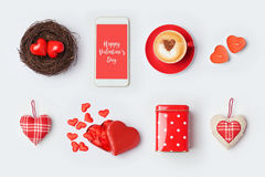 Derisione di giorno del ` s del biglietto di S. Valentino su progettazione del modello Simboli ed oggetti di amore su fondo bianc Immagini Stock