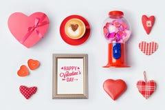 Derisione di giorno del ` s del biglietto di S. Valentino su progettazione del modello Vista da sopra Immagine Stock Libera da Diritti