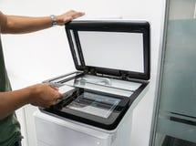 Derisione di uso dell'uomo di affari sulla carta chiave affinchè autorità stampino i documenti sulla stampante Fotografie Stock