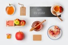 Derisione ebrea di Rosh Hashana di festa sul modello con il barattolo, le mele ed il melograno del miele Vista da sopra Fotografia Stock