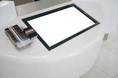 Derisione LCD in bianco della visualizzazione sull'insegna nel grande magazzino immagine stock libera da diritti