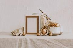 Derisione rustica di Pasqua su Uovo dell'oro con fondo rustico di tela fotografia stock libera da diritti