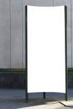Derisione su Colonna di pubblicità all'aperto in bianco all'aperto, bordo di informazione pubblica nella via Fotografia Stock