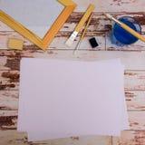 Derisione su Strumenti del progettista sulla vista superiore del fondo di legno della tavola di lavoro Fotografia Stock