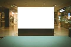 Derisione su Tabellone per le affissioni in bianco, annunciante supporto nel centro commerciale moderno fotografia stock libera da diritti