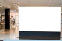 Derisione su Tabellone per le affissioni in bianco, annunciante supporto nel centro commerciale moderno immagine stock