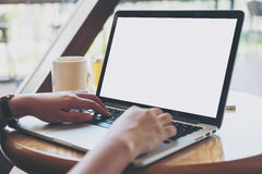 Derisione sul computer portatile sullo scrittorio Immagini Stock Libere da Diritti