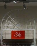 Derisione sull'esposizione del segno di vendita nel fondo dell'interno del supermercato Fotografia Stock Libera da Diritti
