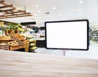 Derisione sull'esposizione del segno nel fondo dell'interno del supermercato Fotografia Stock