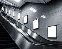 Derisione sull'esposizione di media degli annunci del modello del manifesto nella stazione della metropolitana fotografie stock