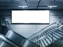 Derisione sull'insegna al neon orizzontale del manifesto nella stazione Immagini Stock