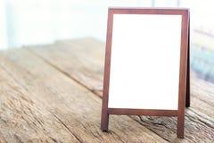 Derisione sulla lavagna di pubblicità in bianco con il cavalletto che sta sul legno fotografia stock libera da diritti