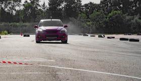 Derivação da roda de carro desportivo Borrado do carro da tração da raça da difusão da imagem com lotes do fumo dos pneus ardente Fotos de Stock Royalty Free