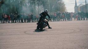 Derivação espetacular mesma do motociclista e gerencio em um círculo que deixa pegadas no asfalto Grande plano no lado Beautif video estoque