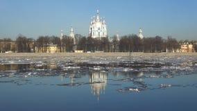 Deriva alla cattedrale di Smolny, giorno del ghiaccio della primavera di Sunny April St Petersburg, Russia stock footage
