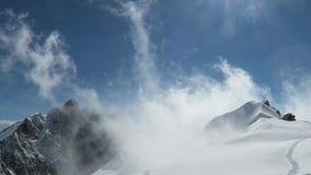Deriva de la nieve de la monta?a en las monta?as ?rea de monta?a de Belukha Altai, Rusia almacen de metraje de vídeo